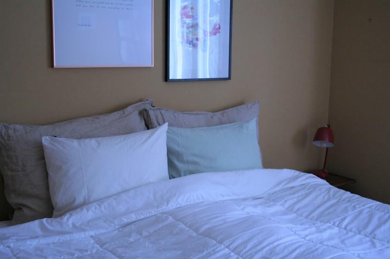 rauhallinen makuuhuone, oranssi tapetti, okra tapetti,